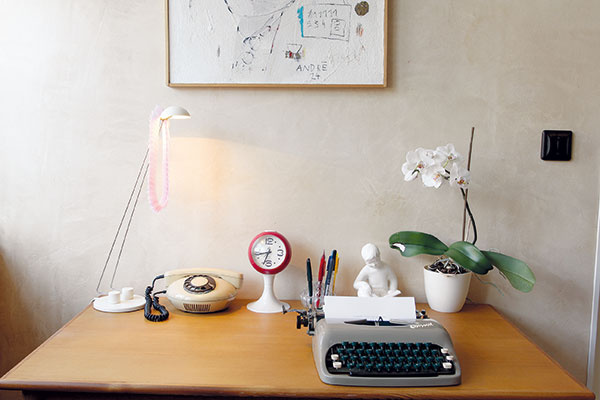 Kamenný počítač? Ťukanie klasického písacieho stroja značky Consul je charakteristickým zvukom pracovní minulého storočia.