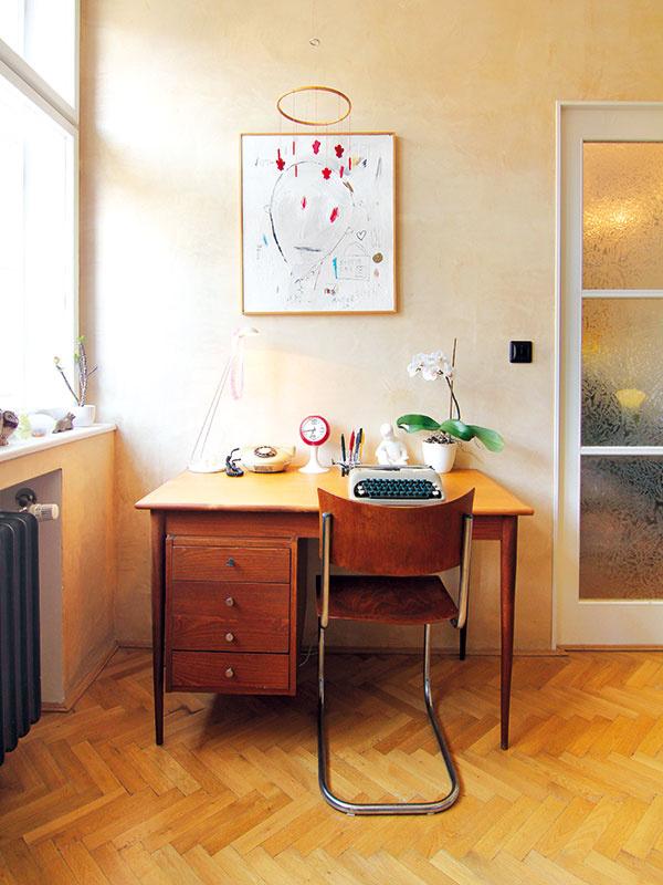 Pracovný stôl vspálni je doplnený replikou klasiky 20. storočia vpodobe rúrkovej stoličky Marta Stama.