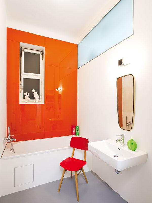 Moderná kúpeľňa, avšak vretro farbách, sa tak, ako aj WC vyznačuje praktickými aodolnými materiálmi. Podlaha zliateho polyuretánu spryžovým jadrom bola prínosom architekta Radka Smejkala. Manželom ju odporučil na základe skúseností stýmto materiálom, ktoré získal pri použití všportových šatniach na plavárni.