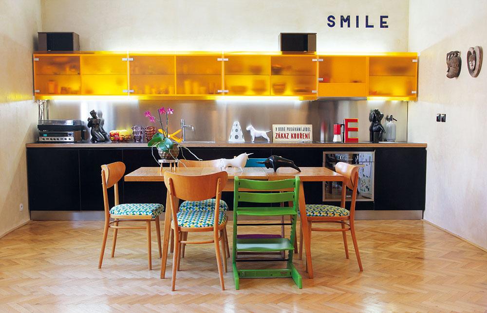 Kuchynská linka je vbyte novým prvkom. Jej súčasnosť je dizajnovo amateriálovo priznaná, no farebne korešponduje napríklad so žltým obrazom. Vyrobená je zbetonárskej preglejky, ktorá vyhovovala svojimi vodoodolnými vlastnosťami.
