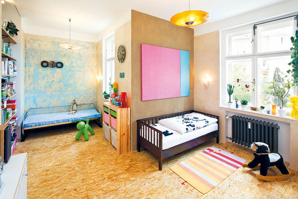 Obraz? Alebo? Ružovo-belasá plocha, ktorá sa na prvý pohľad môže tváriť ako obraz, je však len ďalším dôkazom kreatívneho pohľadu Dana aAleny na veci. Obyčajná farebná plsť, ktorá ich zaujala na návšteve vbrnianskej továrni, sa napnutím do maliarskeho rámu stala veselou farebnou dekoráciou dievčenskej izby.