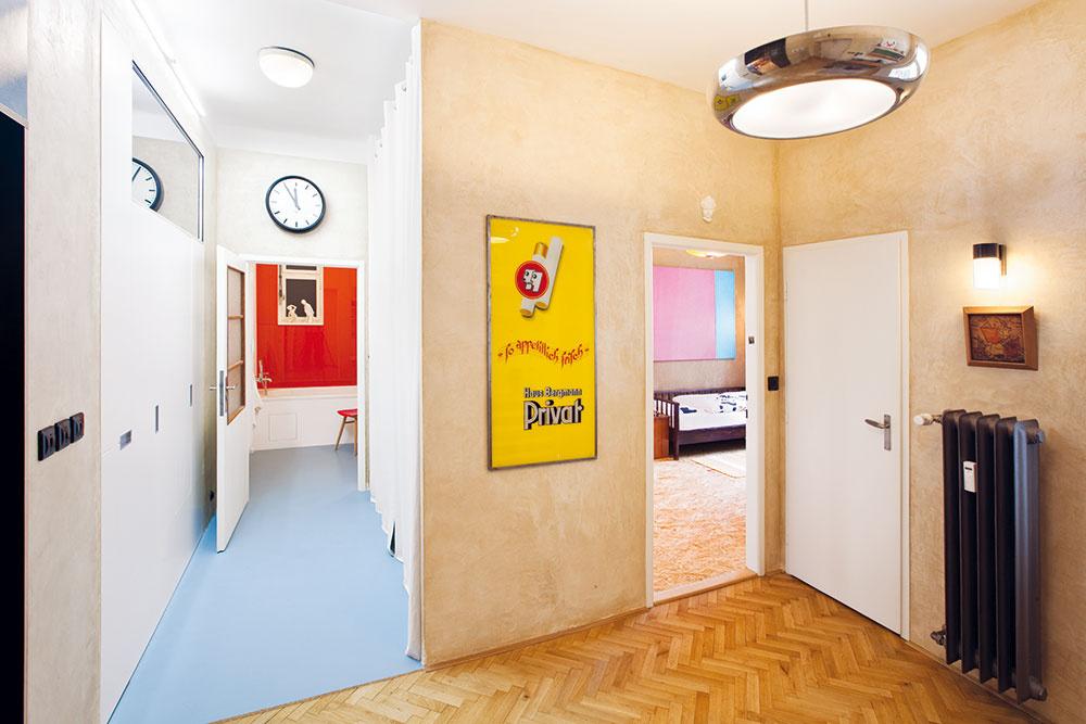 Chodbička vedúca do kúpeľne je po oboch stranách lemovaná úložnými priestormi ukrytými vnikách. Na pravej strane šatníkovou skriňou za závesom, na ľavej ju dopĺňa svetlík. Zároveň tvorí hlukovú bariéru, ktorá oddeľuje detskú izbu od obývacej, čo sa hodí vprípade návštev.