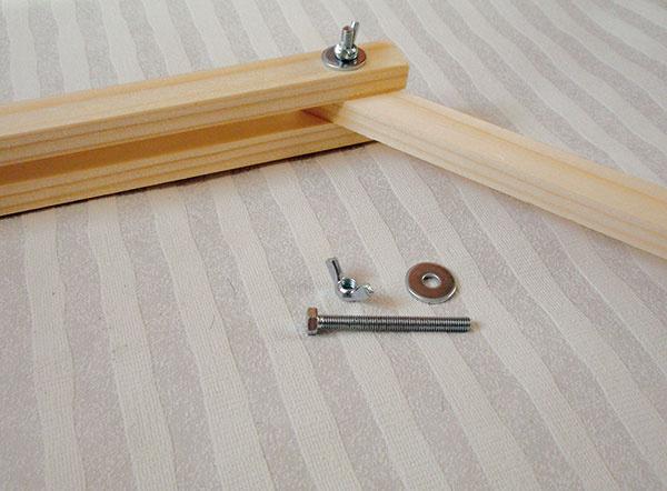 3 Spojenie hlavnej konštrukcie aramena. Hlavnú konštrukciu ahorné rameno spojte skrutkou, navlečte podložku aupevnite krídlovou maticou, ktorá umožní polohovanie horného ramena.