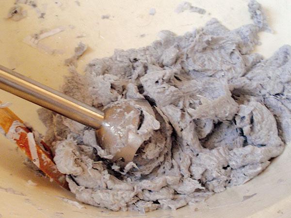 Príprava papiera. Keď máte základnú konštrukciu hotovú, pustite sa do výroby hmoty na tienidlo. Skartovaný alebo natrhaný papier zalejte teplou vodou tak, aby vsiakla apapier vnej neplával. Do teplej vody za postupného miešania prisypte škrob na záclony. Vzniknutú hmotu rozmixujte mixérom. Vytvorí sa mazľavá hmota sjemnou konzistenciou. Ak sa hmota od seba príliš oddeľuje, odstráňte prebytočnú vodu adosypte škrob.