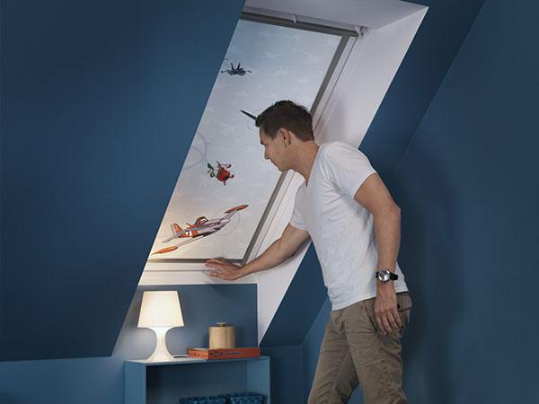 Úplne zatemňujúce rolety sú  nastaviteľné v akejkoľvek výške. Môžete tak regulovať prísun denného svetla presne podľa potrieb dieťaťa. (© Disney)