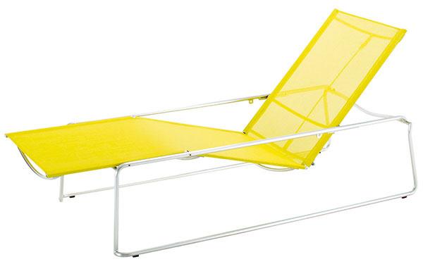 Polohovateľné ležadlo Asta od značky Gloster, dizajn Edi und Paolo Ciani, stohovateľné,  masívna nehrdzavejúca oceľ, pevný polyester (swing), 198 × 76 × 37 – 82 cm, 13 kg, rôzne farebné vyhotovenia, 1 289 €, www.greenliving-shop.de