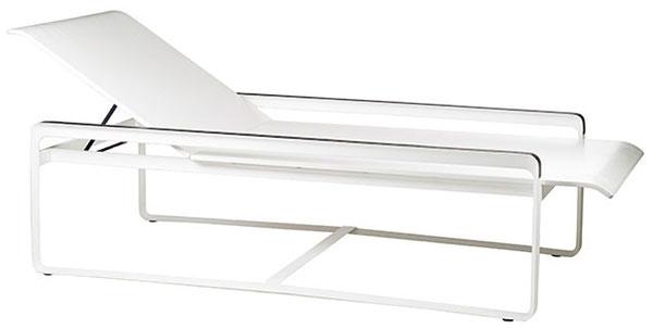 Ležadlo Neutra od značky Tribu, dizajn Vincent Van Duysen, 192 × 76 × 38 cm, hliník, tkanina Batyline®, aj včiernej, 2 650 €, Elmina