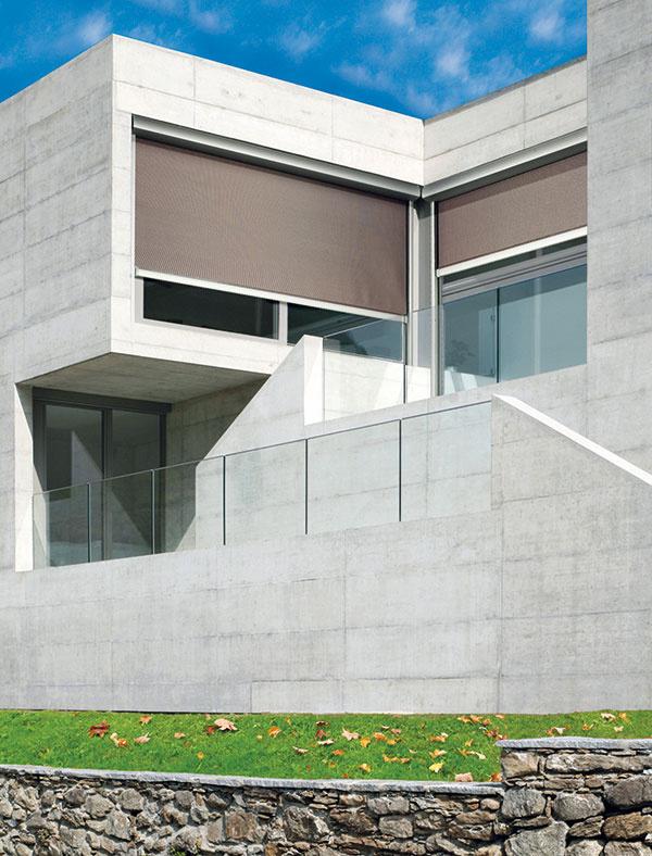 Screenové rolety Minirol sú elegantným minimalistickým riešením zatienenia moderných stavieb. Špeciálne textílie sú utkané zo sklených alebo polyesterových vlákien potiahnutých PVC materiálom. Na výber sú dva základné typy screenových roliet podľa upevnenia textílie – MINIROL Lockscreen aScreen.
