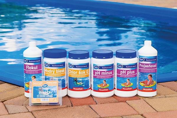 Vybrané prípravky bazénovej chémie určené na odstraňovanie zeleného nádychu bazénovej vody.