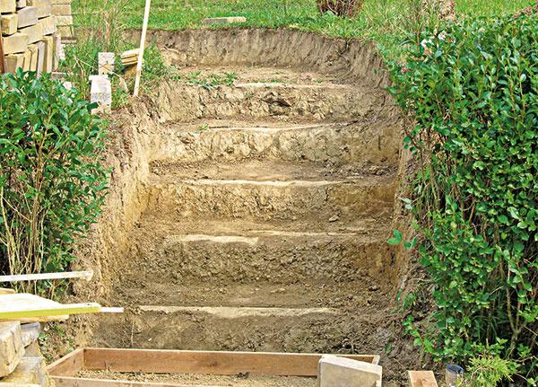 1. Do svahu sme vykopali schody.