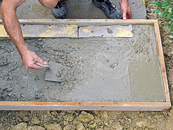 4. Do debnenia sme naliali betón, povrch vyhladili a nechali stuhnúť.