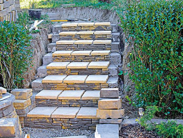6. Takto sme postupne vymurovali všetky schody ana ne nasucho poukladali dlažobné platne.