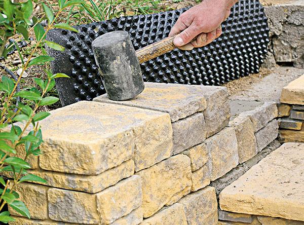 11. Každý diel (Mountain block) sme jemne poklepali gumovým kladivom, aby sme ho dostali do roviny…