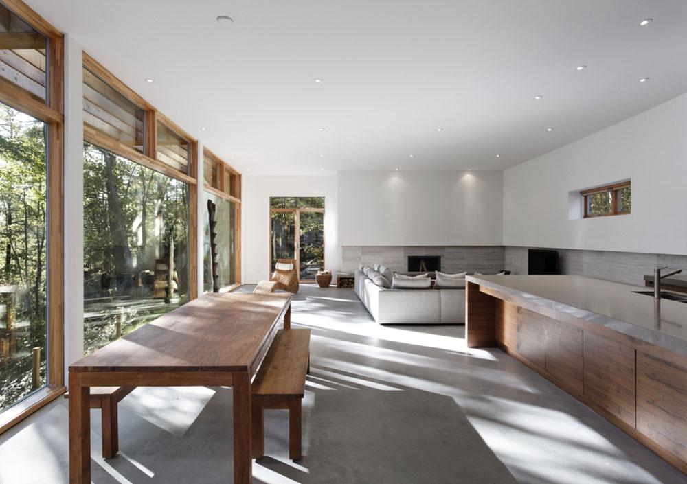 Slnko prenikajúce do domu cez bariéru stromov vytvára v obývacej časti hru svetla a tieňov, ktorá sa v čistom, minimalisticky poňatom interiéri stáva ústredným motívom.
