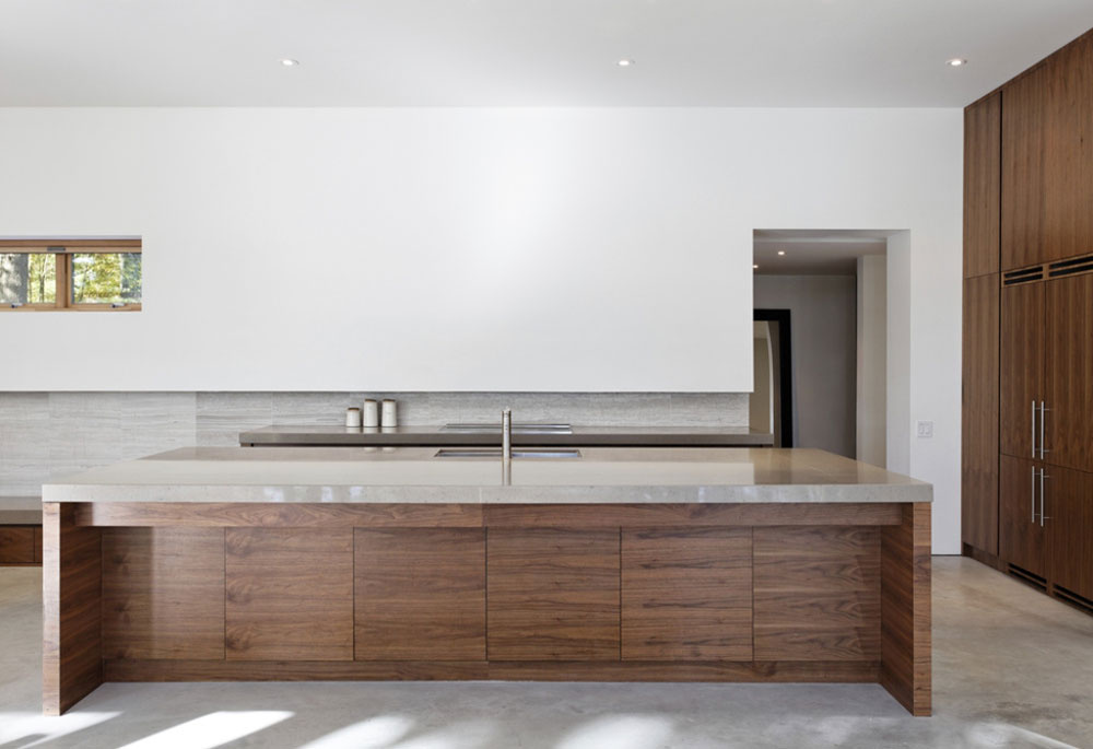 Monolit kuchynského ostrova vzdáva hold prírodným materiálom. Drevo a kameň sú najtypickejšími prvkami tejto lesnej rezidencie – nájdete ich tak v interiéri, ako aj v exteriéri.
