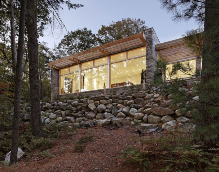 Mladý pár si dal postaviť moderný dom v lese s minimalistickým interiérom