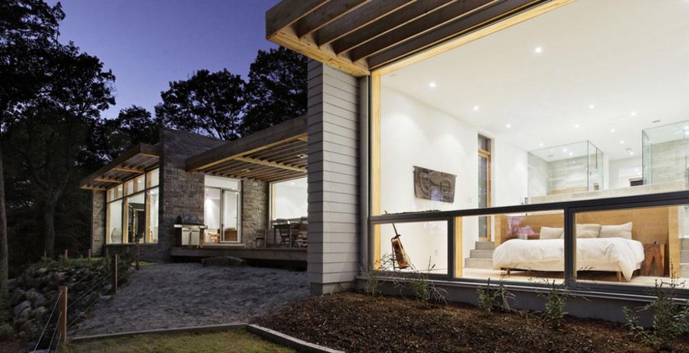 Ak prichádzate zo severu, otvára sa vám pohľad na fasádu s prírodne ošetreného dreva. Južná strana domu zasa umožňuje kochať sa okolitou prírodou vďaka veľkoryso zaskleným plochám.