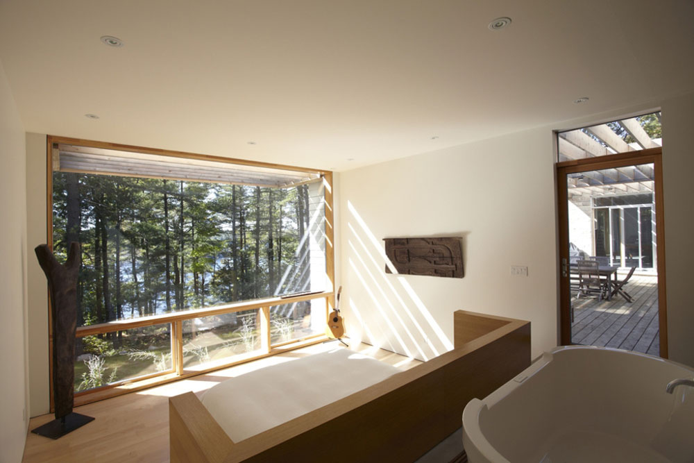 Stavba ťaží z hradby stromov, ktoré poskytujú prirodzený tieň a súkromie, ale nebráni úchvatným výhľadom na okolité lesy i zátoku.