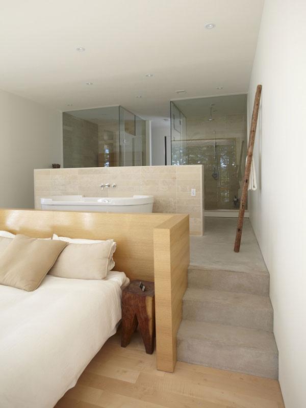 Kúpeľňa sa stala integrálnou súčasťou spálne majiteľov. Z jednej strany predelu je veľkorysá vaňa, z druhej umývadlá – každý má svoje.