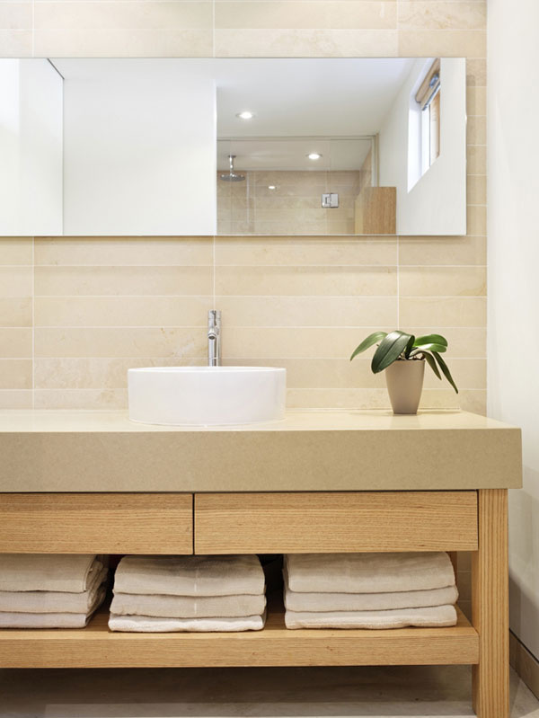 """Vlhkomilná izbovka je jediným """"vzrušením"""", ktoré doputovalo do jednoduchej kúpeľne pre hostí. Koncept prepojenia minimalistického interiéru s prírodou architekti neopustili ani na sekundu."""