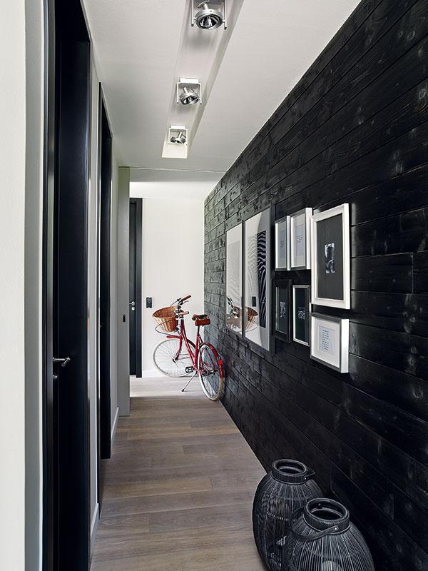Štýlový bicykel vchodbe nie je len na ozdobu. Prezrádza, že sme vcyklistickej domácnosti. Janin muž je totiž profesionálny cyklista asvoju vášeň preniesol aj na manželku.