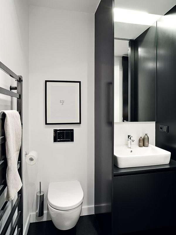 Rovnaký scenár sa uplatnil aj na toalete. Lesklé plochy sa striedajú smatnými apodporujú dojem čistoty.