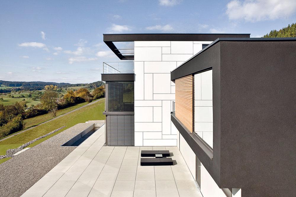 Priestranná vydláždená terasa predstavuje vďaka svojej južnej orientácii ďalšie skvelé miesto na trávenie teplých voľných dní. Majitelia sa na ňu dostanú zjednotlivých izieb aj zhlavného schodiska.