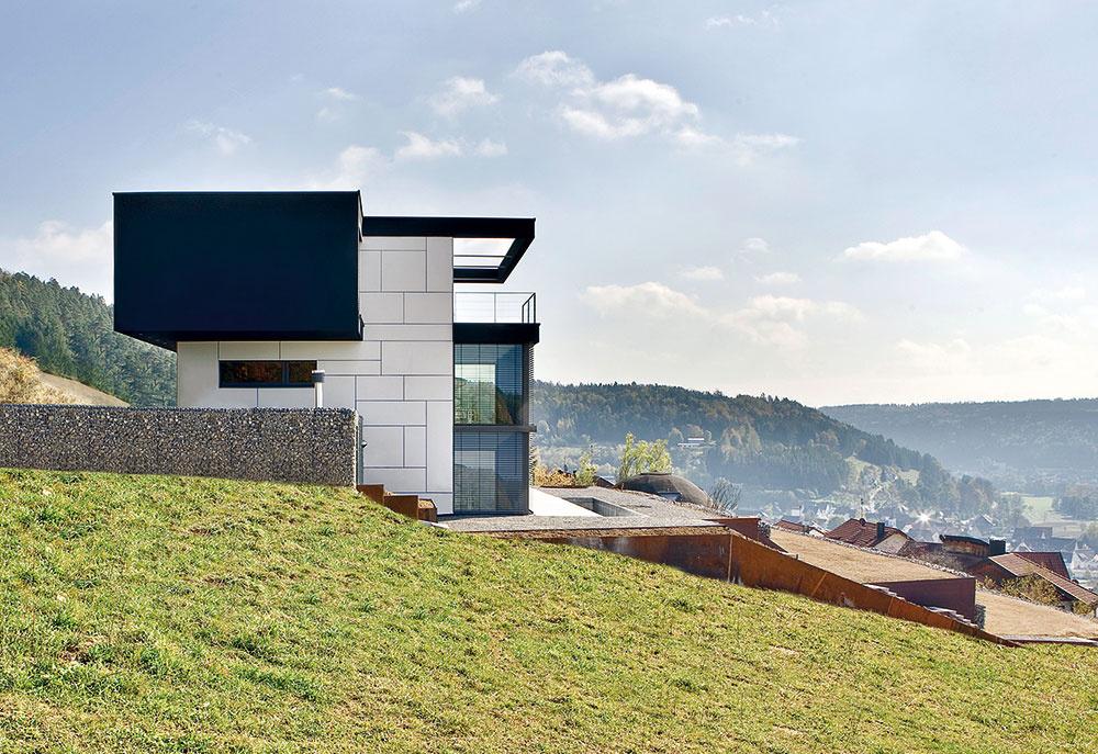 Dom maximálne ťaží zo svojej polohy vstrmom svahu uprostred hôr. Pre čo najlepšie využitie pozemku architekti navrhli aj terasovitú záhradu.