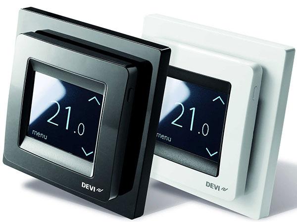 DEVIreg™ Touch, digitálny termostat na reguláciu elektrického podlahového vykurovania je jedným z najatraktívnejších programovateľných regulátorov na trhu. Ovláda sa jednoducho pomocou čiernobieleho dotykového displeja.  Novinkou, ktorá zatiaľ nemá konkurenciu, je možnosť kódového nastavenia, ktoré ocenia najmä správcovia a majitelia veľkých budov. Fyzicky stačí nastaviť teplotu iba na jednom termostate, do ostatných stačí vyťukať vygenerovaný kód. Významne to urýchľuje a zjednodušuje prácu.  Maximálne elegantnú verziu termostatu predstavuje DEVIreg™ Touch Black s čiernym rámčekom, ktorý pôsobí veľmi diskrétne.
