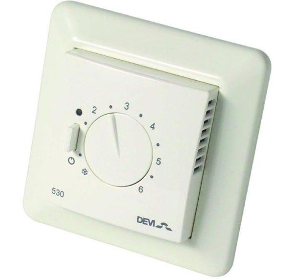 Termostat s klasickým, no jednoduchým manuálnym nastavovaním DEVIreg 530.  Zabezpečuje komfort bývania pomocou citlivých snímačov reagujúcich na zmeny teploty.