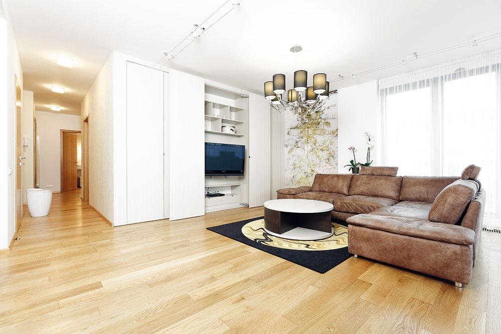 Vysnívali si jednoduchý byt v prírodných zemitých farbách