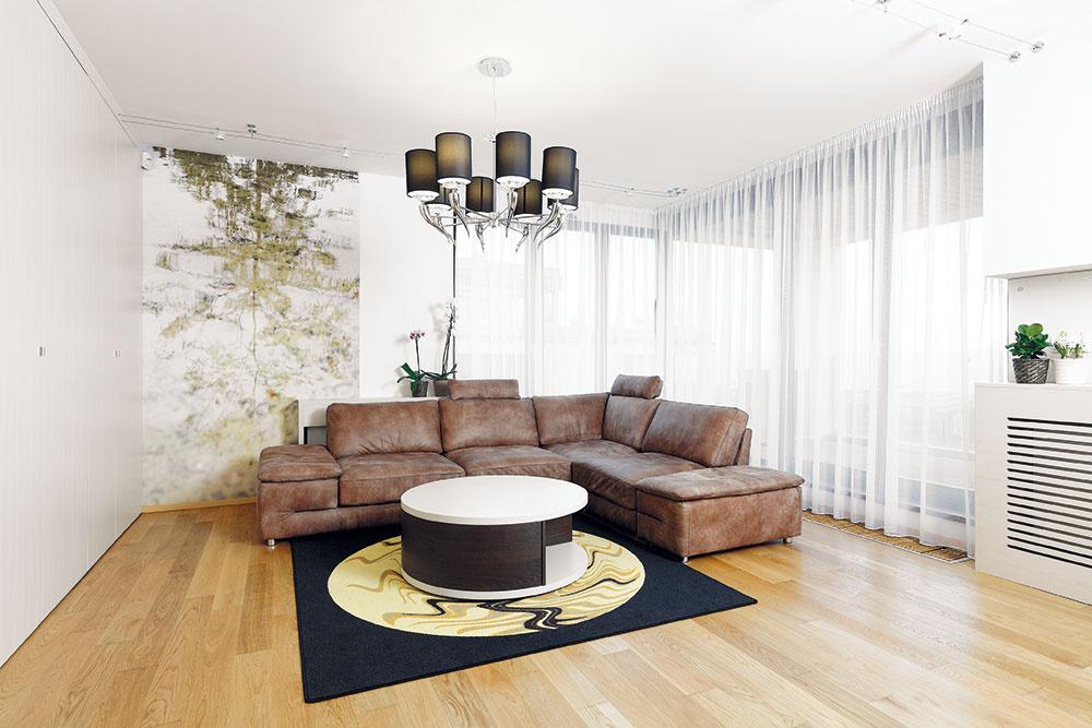 Fototapeta smotívom stromu odrážajúceho sa na vodnej hladine dotvorila miestnosť farebne aj atmosférou.
