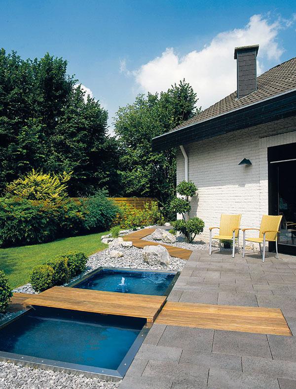 Sprírodným povrchom. Pre dlažbu Umbriano je príznačný prírodný povrch snepravidelnou textúrou anášľapnou vrstvou zkremičitého piesku. Vyznačuje sa odolnosťou proti UV žiareniu apôsobeniu posypových solí avďaka úprave SemmelrockProtect® aj zníženou tvorbou výkvetov. Je mrazuvzdorná, dá sa použiť nielen na terasy či cestičky okolo domu, ale aj na príjazdové cesty aparkoviská. Je dostupná vtroch formátoch amožno ju kombinovať aj splatňami Umbriano srovnakou povrchovou úpravou. (Predáva Semmelrock.)