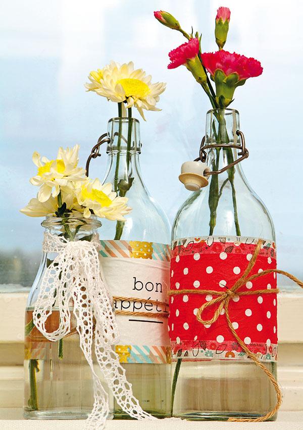 Ak sa vám nechce odliepať etikety zfliaš, použite na ich zamaskovanie washi pásky. Vďaka nim vytvoríte originálnu nádobu na sirup, vodu alebo vázu na kvety.