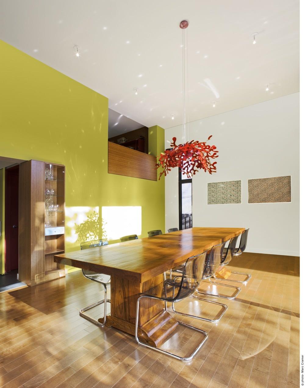 Celý dom je zariadený veľmi jednoducho– hlavné slovo tu má masív. Dáva možnosť vyniknúť najmä krásam zvonka.