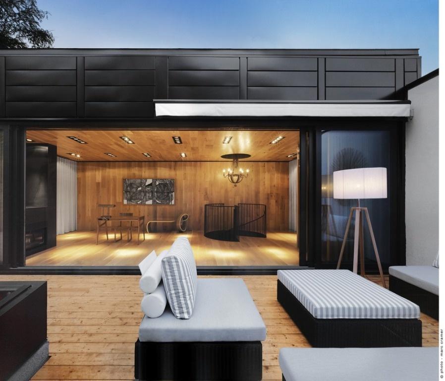 Až večer však skutočne vynikne súlad, ktorý medzi vnútorným a vonkajším priestorom panuje. Presne podľa zámeru architektky.