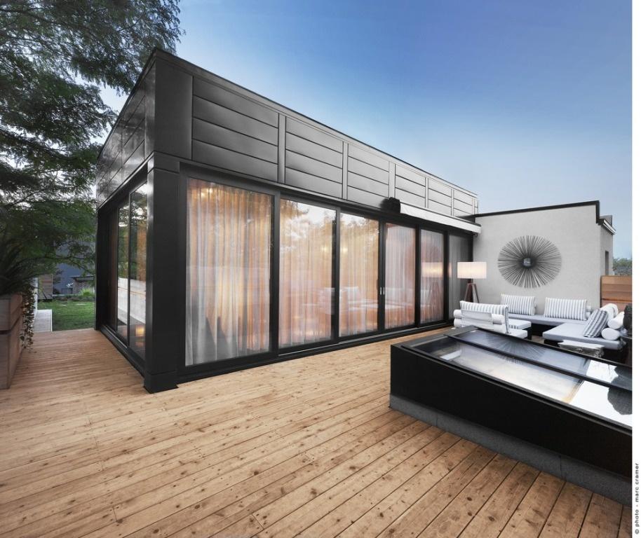 Architektka prepojila vnútrajšok s vonkajším prostredím terasy pomocou zasklenia až troch stien manzardy.