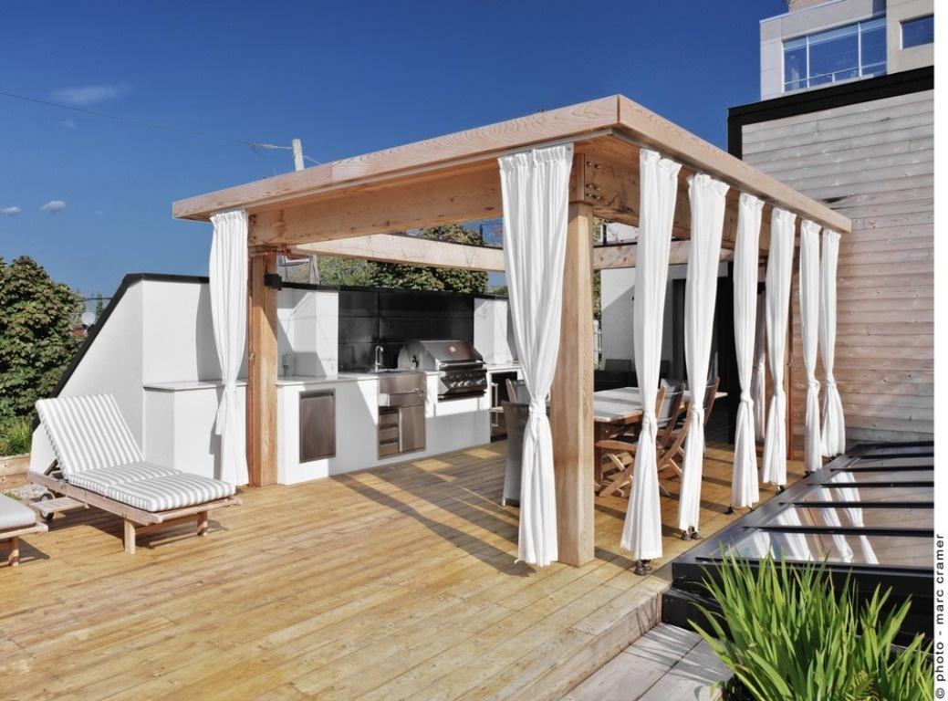 Kombinácia svetlého dreva a bieleho textilu pôsobí v letných dňoch vzdušne a schladzujúco.