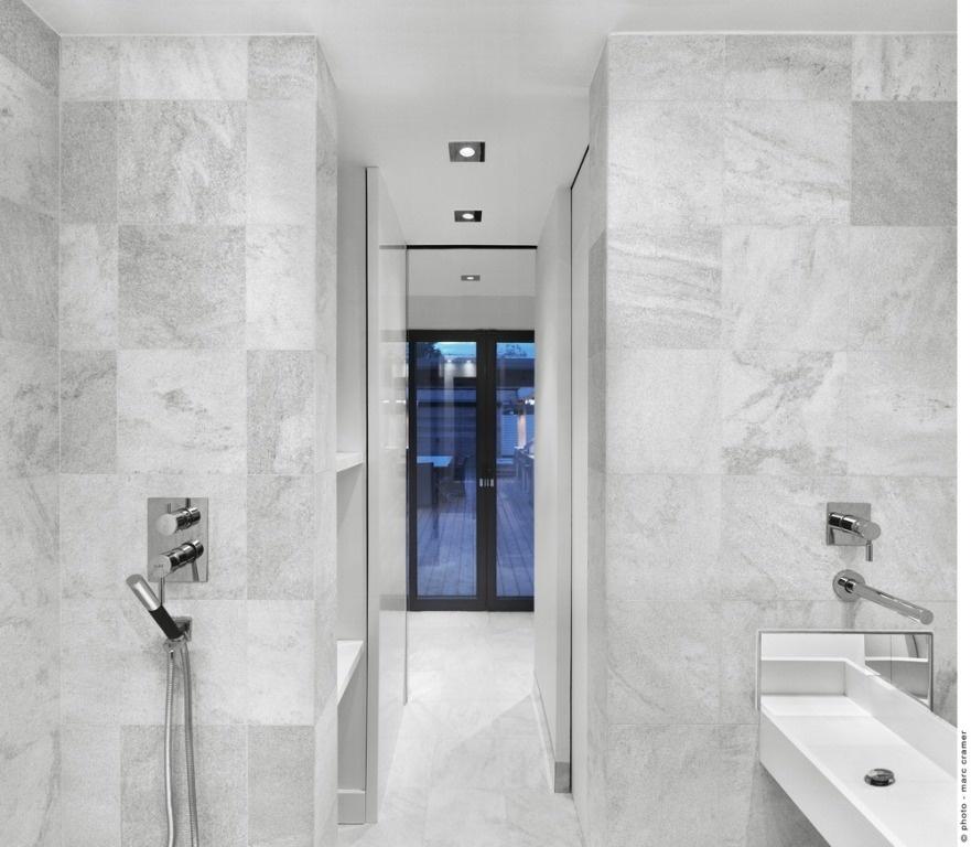 Aby vytvorila dostatočne veľkú kúpeľňu, využila architektka priestor bývalej výťahovej šachty.