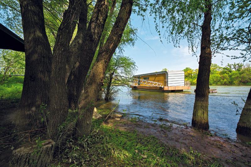 Plávajúca chata na Váhu splnila nároky na sezónne bývanie pri Komárne