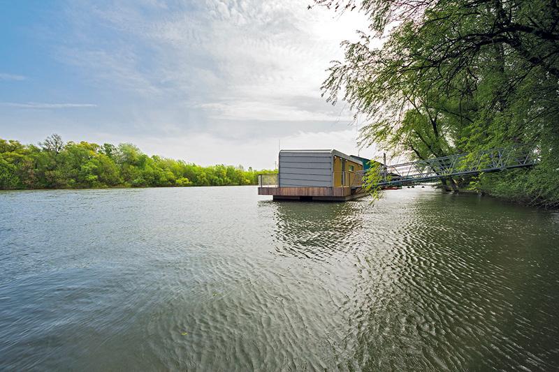 Lužné lesy, ktoré chatu obkolesujú a blízkosť ústia Váhu do Dunaja sú vyhľadávaným miestom na oddych a rekreáciu. Nespornou výhodou je aj blízkosť mesta, do ktorého sa dá zájsť aj peši alebo po hrádzi na bicykli. V lokalite sa nachádza asi 20 plávajúcich domov a chát, medzi nimi aj celoročne obývaný dom postavený v nízkoenergetickom štandarde, ktorý rovnako navrhol architekt Mandl.