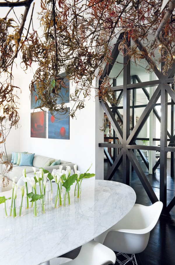 Trik so zrkadlami násobí v susediacej chodbe denné svetlo, priestor aj konštrukciu z drevených hranolov.