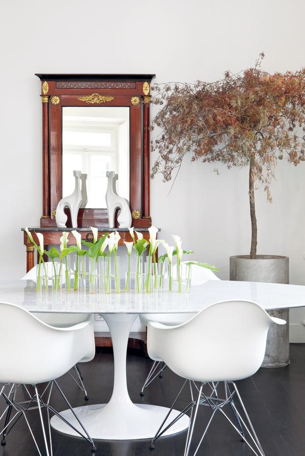Jedálenskej časti denného priestoru dominuje oválny jedálenský stôl od dizajnéra Eera Saarinena s elegantnou doskou z bieleho mramoru. Dopĺňa ho ďalšia dizajnérska klasika z polovice minulého storočia – biele stoličky z od manželov Eamesovcov (Vitra). Starožitnému toaletnému stolíku pri stene dôstojne kraľujú štylizované sošky dvojice chrtov. Miguel Da Cunha využil každú príležitosť na to, aby v byte uplatnil dizajn a zariadenie z rôznych období.