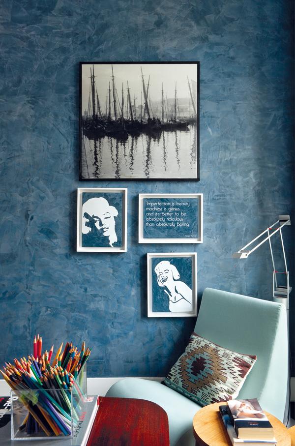 Pracovňa je ladená do odtieňov modrej s hnedými a červenými kontrastnými detailmi. Je jedinou miestnosťou s farebnými stenami – zdobí ich modrá dekoratívna omietka, takzvaná benátska štuka. Vyváženú kombináciu luxusu a pohody citlivo dotvárajú originálne obrazy.