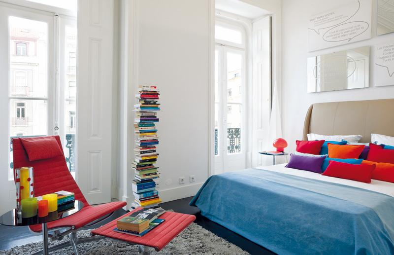 """Štuková rímsa pod stropom poukazuje na pôvod budovy v 19. storočí, zvláštna kombinácia štýlovo rôznorodého zariadenia z rozličných období – od secesného stolíka cez ikonické eamsovské stoličky z polovice 20. storočia až po moderné """"neviditeľné"""" police na knihy, vytvára svojskú, veľmi osobnú atmosféru."""