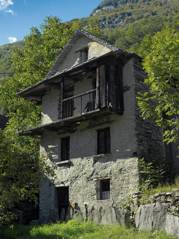 Obvodové múry a strechu starej kamennej stavby prestavba vôbec nezmenila – ostali v pôvodnom stave. Zvyšky malty na suchom kamennom murive naznačujú, že kedysi bolo omietnuté.