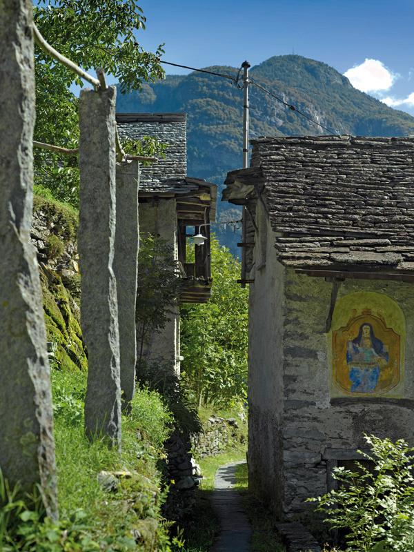 Kamenné stĺpy sú zvyškami pergoly, po ktorej sa kedysi popínal vinič. Obraz Madony namaľovaný na susednom dome svedčí o tom, že oblasť je prevažne katolícka.
