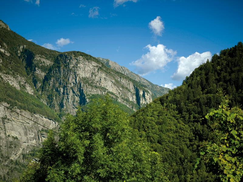 Pohľad z bočného údolia Val Rovana do doliny Maggia.