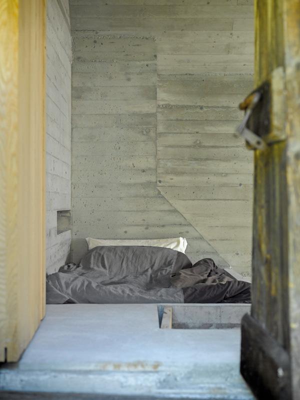 Dvere, kedysi sprístupňujúce priestor na ukladanie sena, dnes vedú k miestu na spanie nad kozubom.