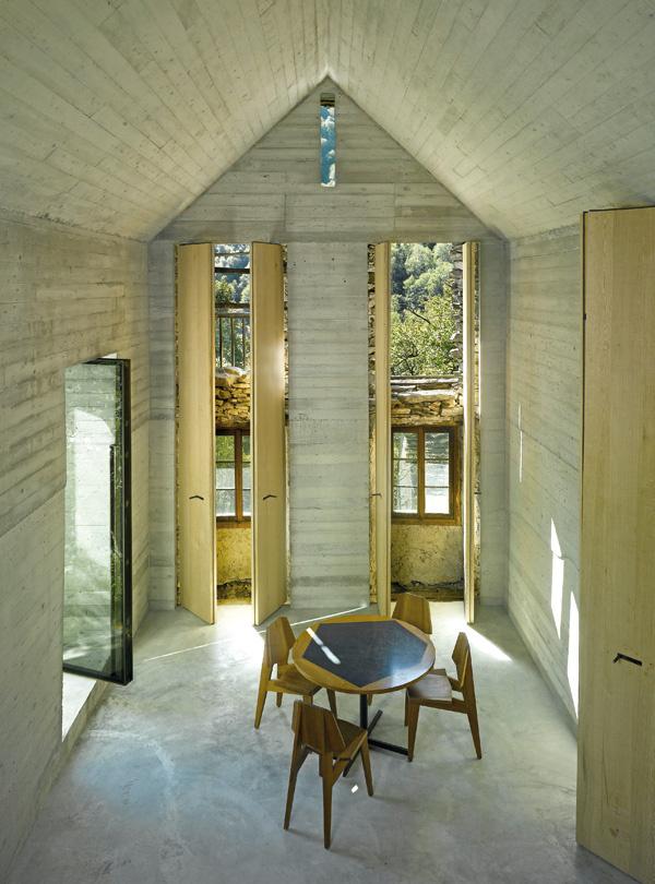 Vysoké úzke otvory v nových stenách korešpondujú s dverami a oknami pôvodnej stavby. Za dubovými okenicami sa otvára nielen výhľad von, ale aj pohľad na pôvodné steny a zachované okná a dvere. (pohľad z vyvýšeného miesta na spanie)